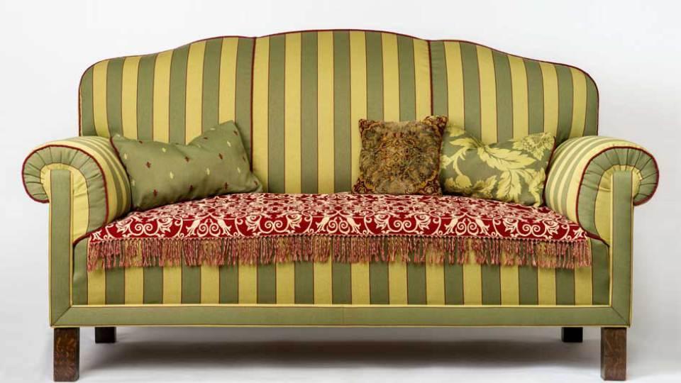 Foto Sofa dunkel- und hellgrün gestreift mit Ornamenttecke und Kissen